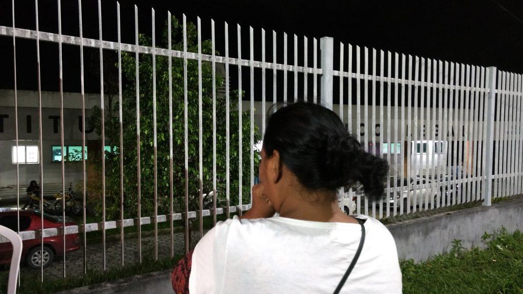 Familiar aguarda a liberação de corpo na sede do IML (Foto: Síntia Maciel/Amazônia Real)
