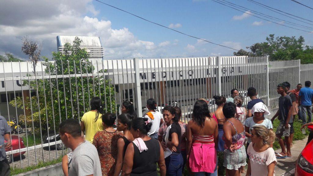 Famílias aguardam liberação de corpos no IML (Foto: Christian Braga/JornalistasLivres)