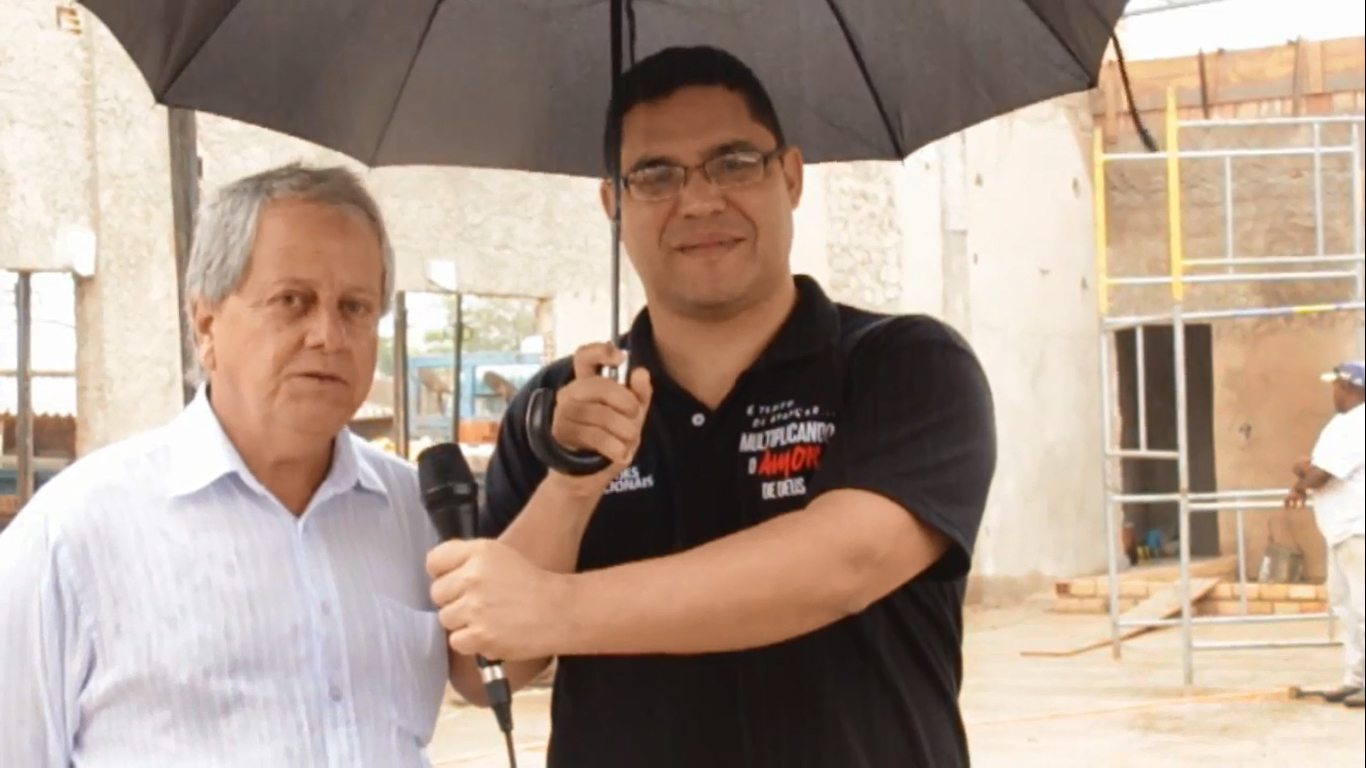 O pastor Antônio Toninho Costa com apresentador do canal da Primeira Igreja Batista no Guará (Foto: Reprodução Youtube)