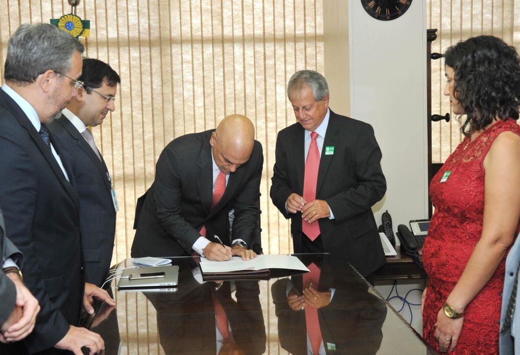 O Ministro da Justiça Alexandre Moraes assinou portaria após a posse do novo presidente da Funai, Antônio Costa. (Foto:Isaac Amorim/MJC)