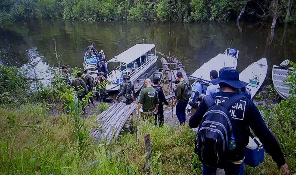 No local onde Adelena desapareceu policiais fazem buscas no rio Marmelos (Foto: Reprodução TV Amazonas)