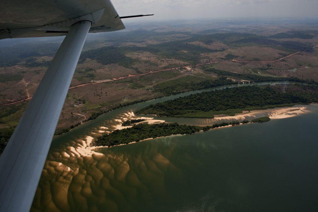 01.11.2009 - Indios do Xingu e Alto Xingu protestam contra a construção da usina Hidrelétrica de Belo Monte, no Pará. Volta Grande do rio Xingu, área onde será construída a barragem. Foto GREENPEACE/Marizilda Cruppe/EVE.