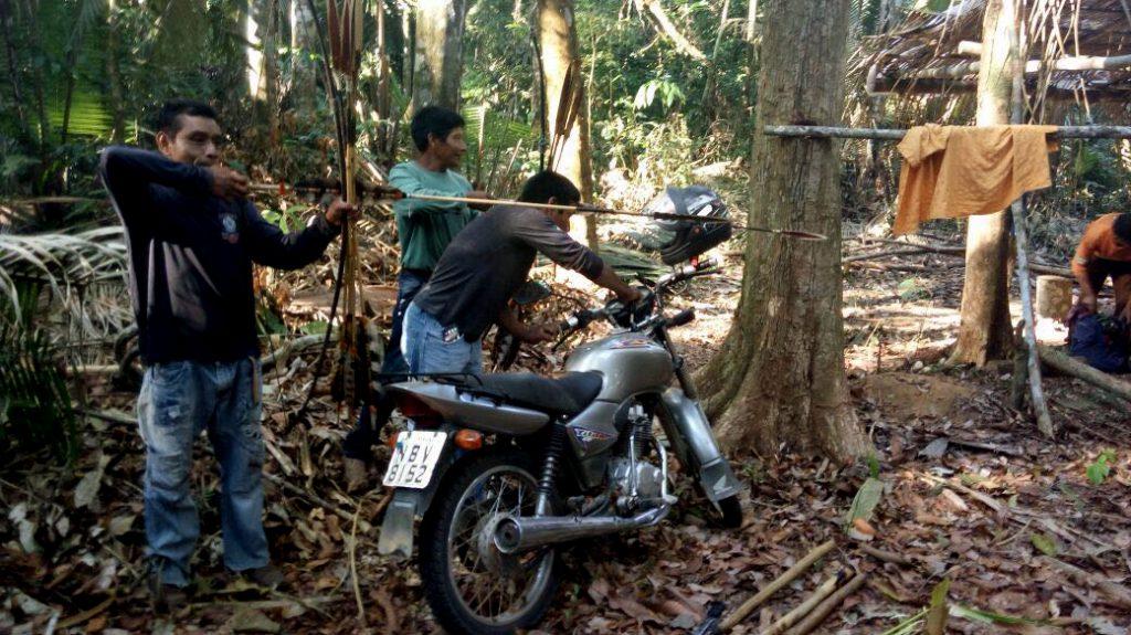Indígenas Uru-Eu-Wau-Wau prendem invasores dentro da floresta, em 2016. (Foto Kanindé)