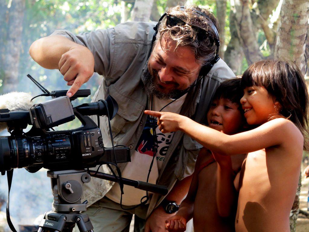 Todd Southgate com crianças do Xingu (Foto Reprodução Facebook).