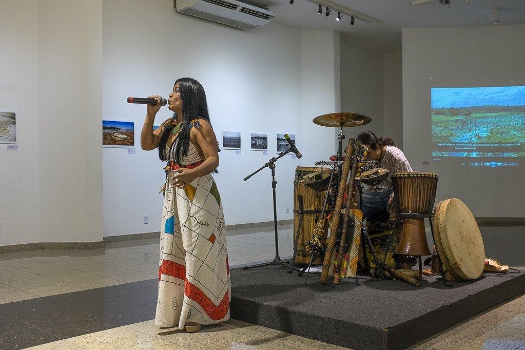 Apresentação da cantora Djuena Tikuna e do músico Diego Janatã (Foto: Gedeon Santos Filho)