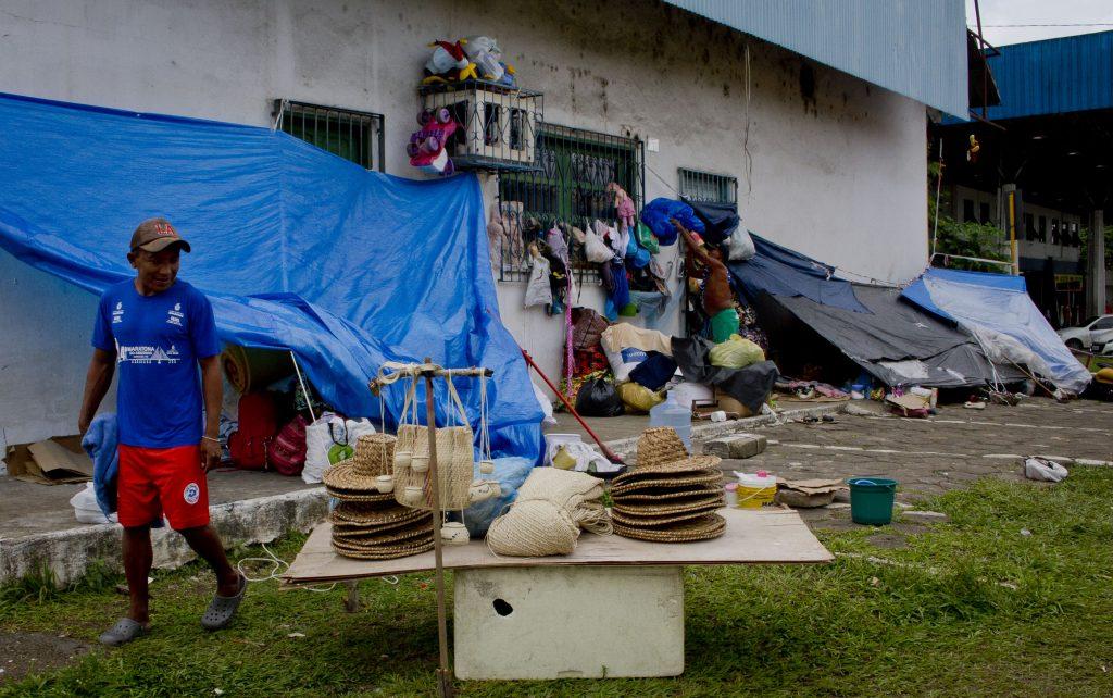 Os artesanatos, como chapéus, são produzidos pelos homens Warao na rodoviária (Foto: Alberto César Araújo/Amazônia Real)