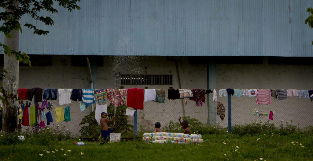 Os Warao lavam as roupas e as penduram na cerca de Rodoviária de Manaus (Foto: Alberto César Araújo/Amazônia Real)