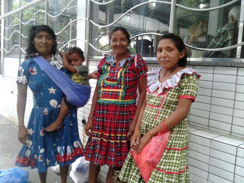 As mulheres Warao pedem esmolas e vendem artesanato nas ruas de Manaus (Foto: Elaíze Farias/Amazônia Real)