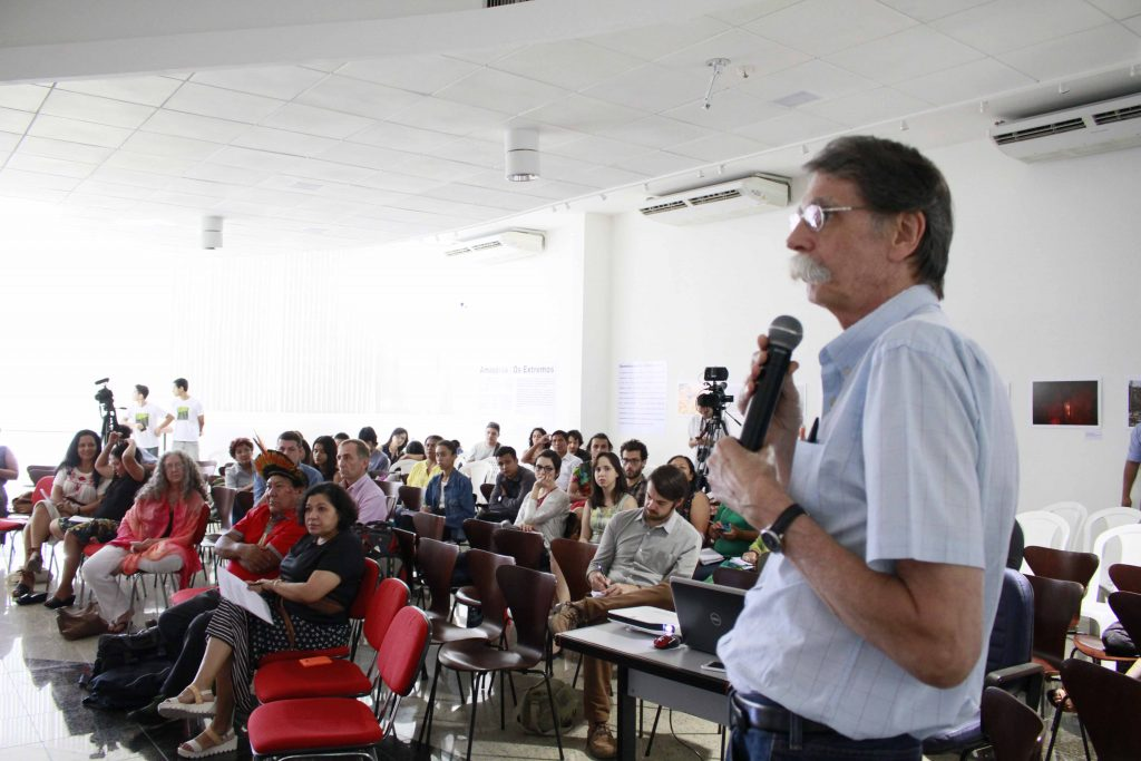 Com Philip Martin Fearnside durante o debate da Amazônia Real (Foto Alberto Cesar Araujo/Amazônia Real)