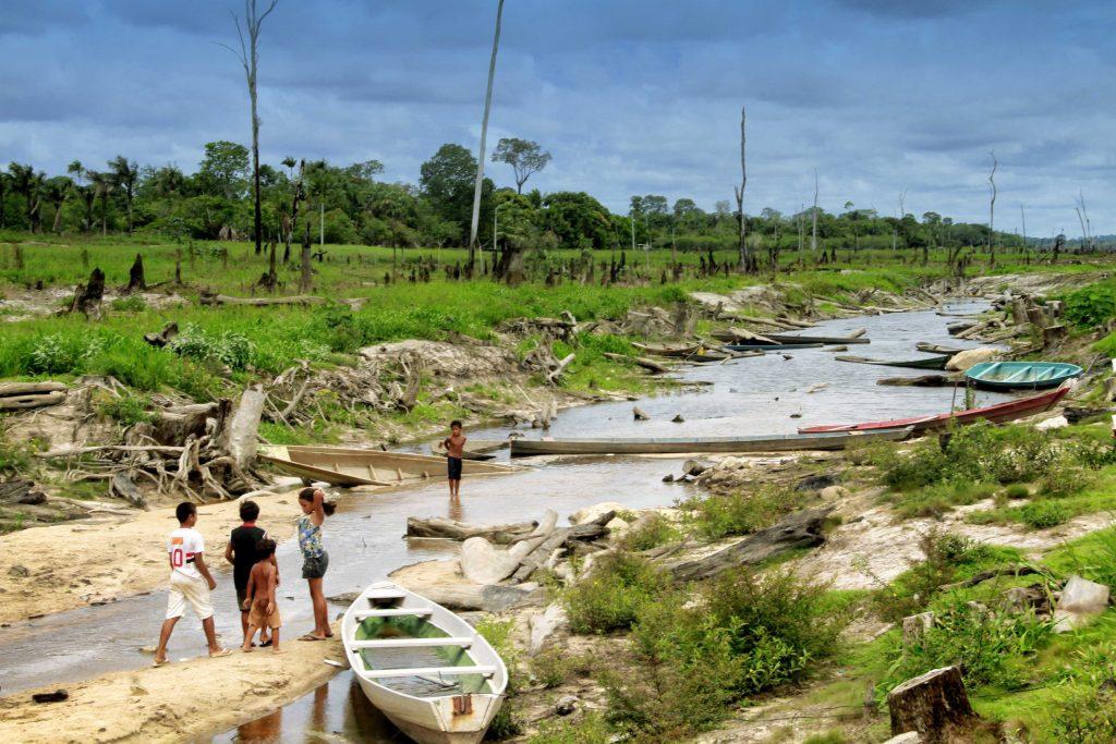 Crianças brincam no lago seco de Balbina em Presidente Figueiredo, Amazonas em 2015. ( Foto: Alberto César Araújo/Amazônia Real)