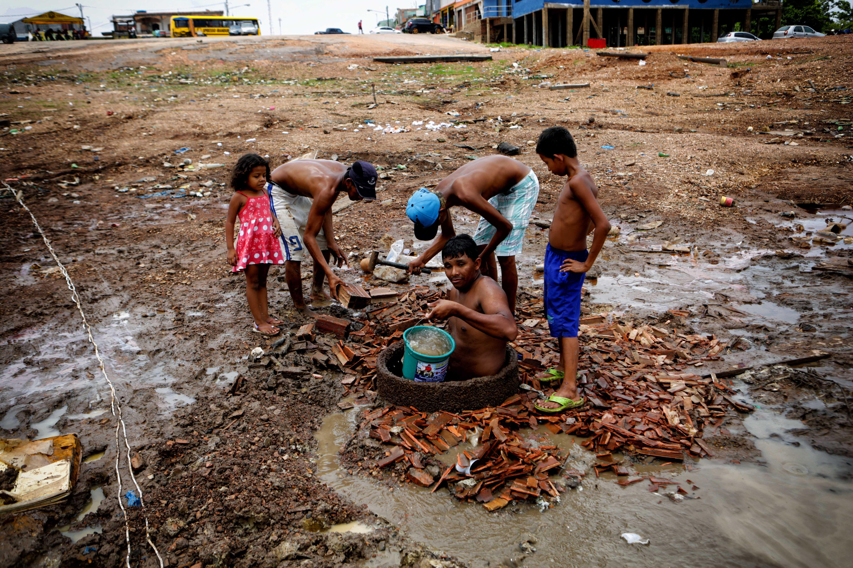 Família busca água em poço no Cacau Pirera, Amazonas 2015. (Foto: Joel Rosa/Amazônia Real)