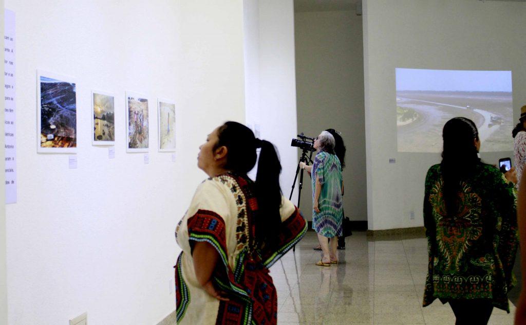 Mayra Wapichana, de Roraima, esteve na abertura da exposição (Foto: Alberto César Araújo/Amazônia Real)