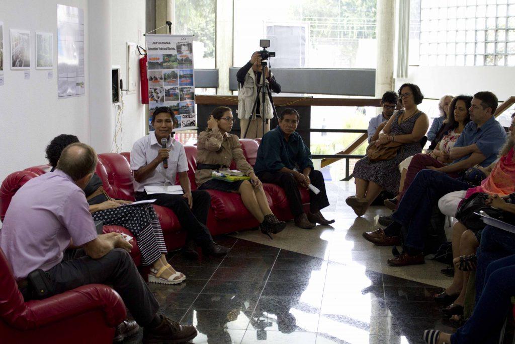 """João Paulo Barreto (com o microfone) durante o debate """"Mudança climática e seu impacto nas populações tradicionais da Amazônia. O que esperar?"""" (Foto: Alberto César Araújo/Amazônia Real)"""