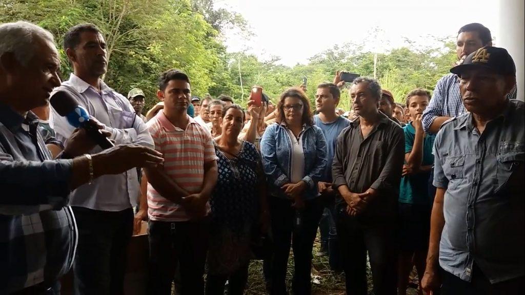 Mary (de óculos) com autoridades na distribuição de lotes ilegais da reserva dos Uru-eu (Foto: Reprodução de vídeo de José Giovanni)