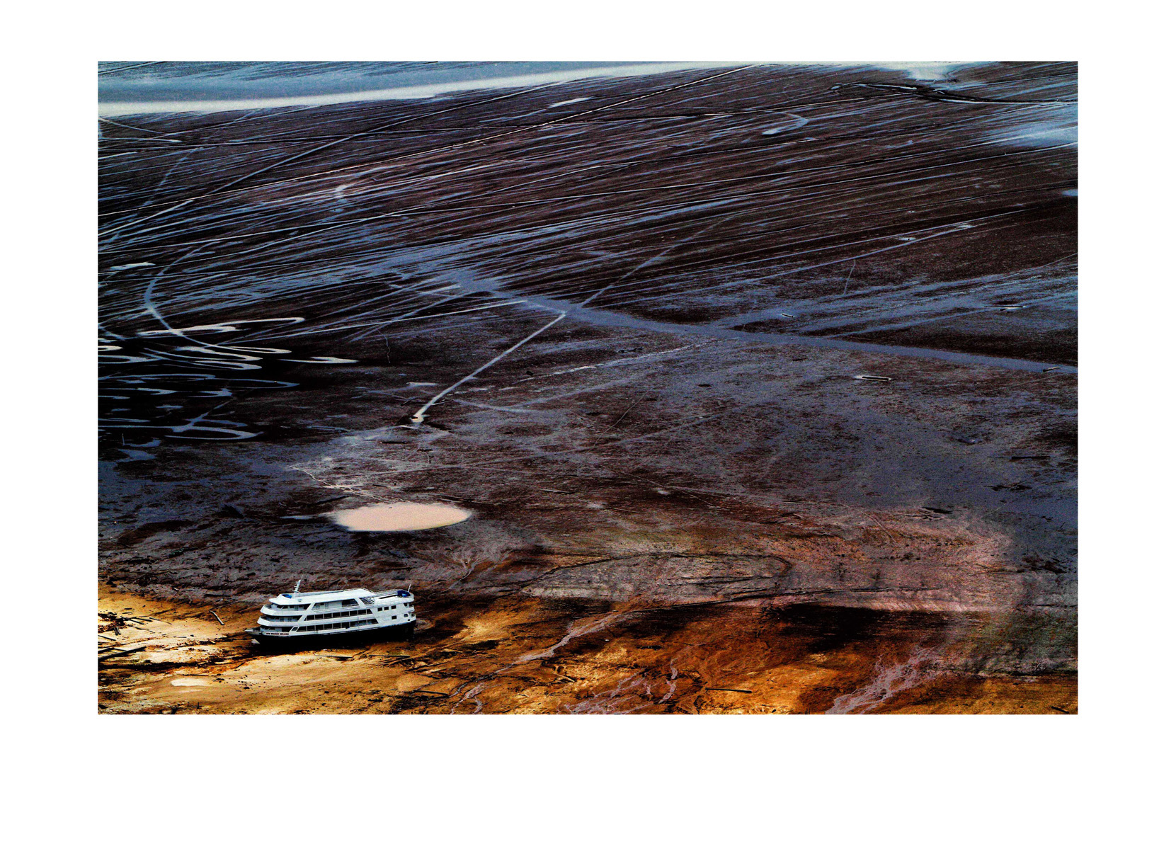 MANAUS AM 25 10 2010 RECORDE VAZANTE- SECA AMAZONAS. Barco  no meio do leito rio seco em frente a cidade de Manaus, onde o rio Negro ontem marcou a maior vazante da história. Hoje o nível do rio subiu 2 centímetros e marca 13,65 metros. A Defesa Civil do Amazonas começou a distribuição de kits de alimentação em 6 comunidades da região do Médio Solimões, serão 130 toneladas em 6 nas comunidades mais iisoladas onde só é possível chegar por meio de helicóptero do Exercito. A operação será feita pelo 4o_ Batalhão de Aviação do Exército BAVEX em comunidaes de Tefé, Alvarães e Uarini.  (Foto Alberto Cesar Araujo)