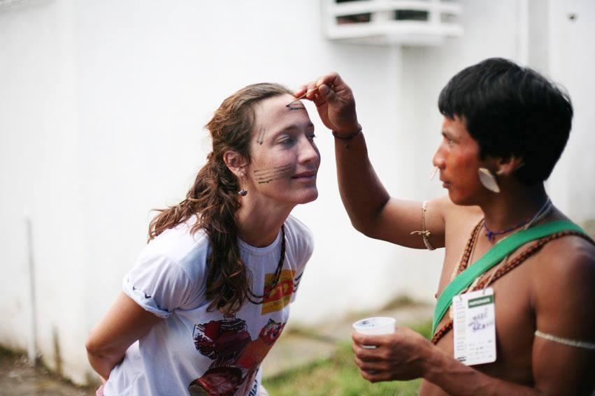 Barbara Arisi com Tumi Uisu Paulo Matis no Fórum Social Mundial, em Belém, Pará (Foto: Domenico Pugliese/2009)