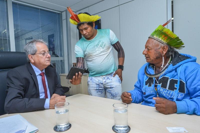 Presidente da Funai Antônio Costa em reunião com índios Kayapó (Foto: Mário Vilela/Funai)