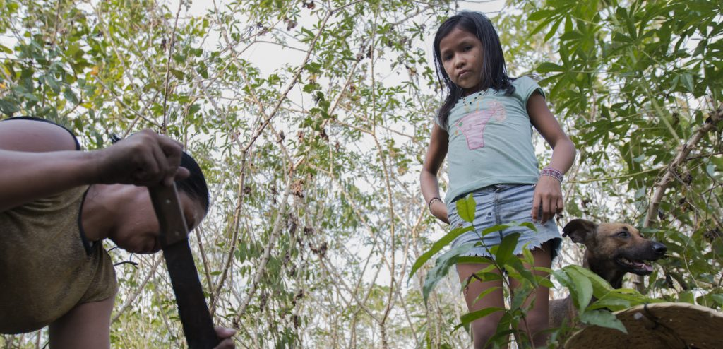 Tatiana Akay Munduruku, 30 anos; e sua filha Risila Saw Munduruk (Foto: Ana Mendes/Amazônia Real)