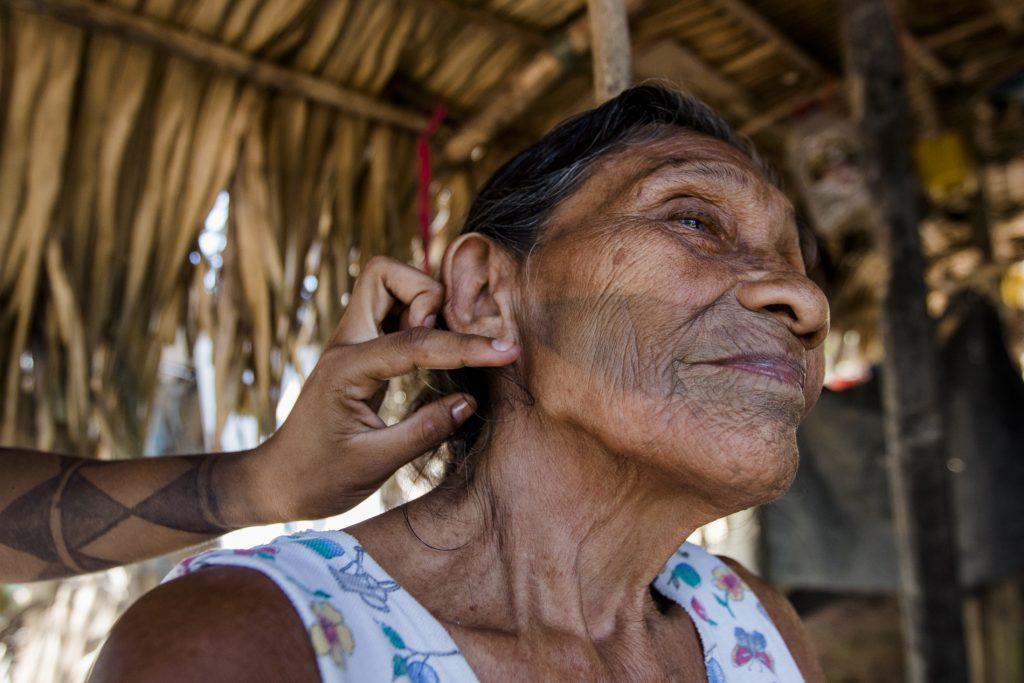 Luzia Munduruku tem a pintura definitiva no rosto, tradição do povo da Terra Indígena Sawré Muybu (Foto: Ana Mendes/Amazônia Real)