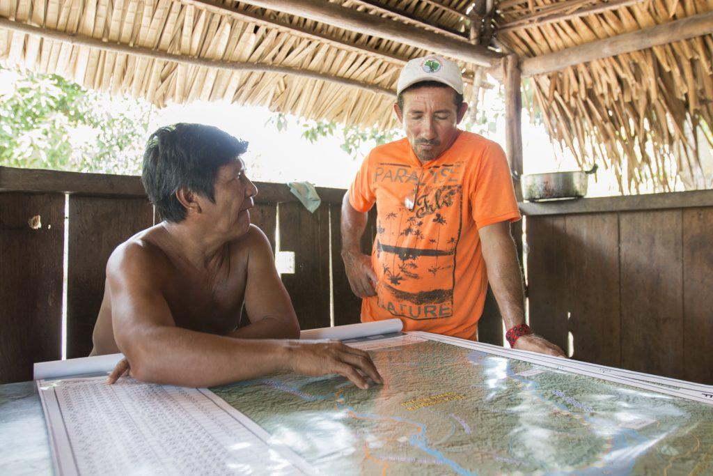 Cacique da aldeia Sawré Muybu, Juarez Saw Munduruku e Seu Miga (Foto: Ana Mendes/Amazônia Real),