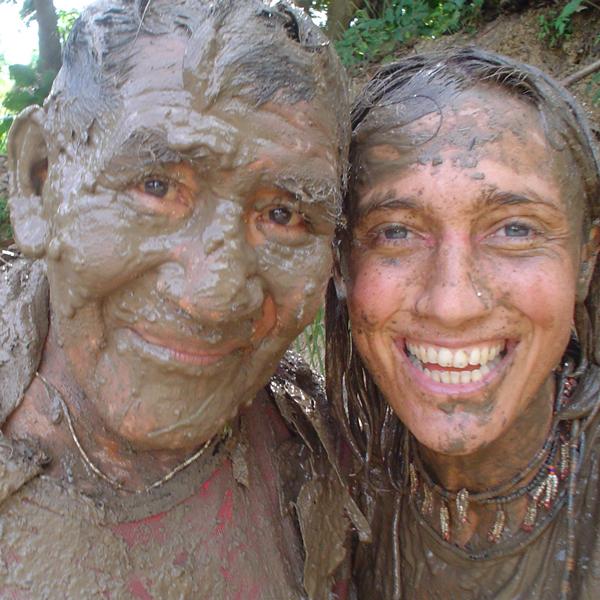 Barbara Arisi com Mario Marubo na guerra do barro no rio Ituí, na TI Vale do Javari. (Foto: Aldenei Marubo)