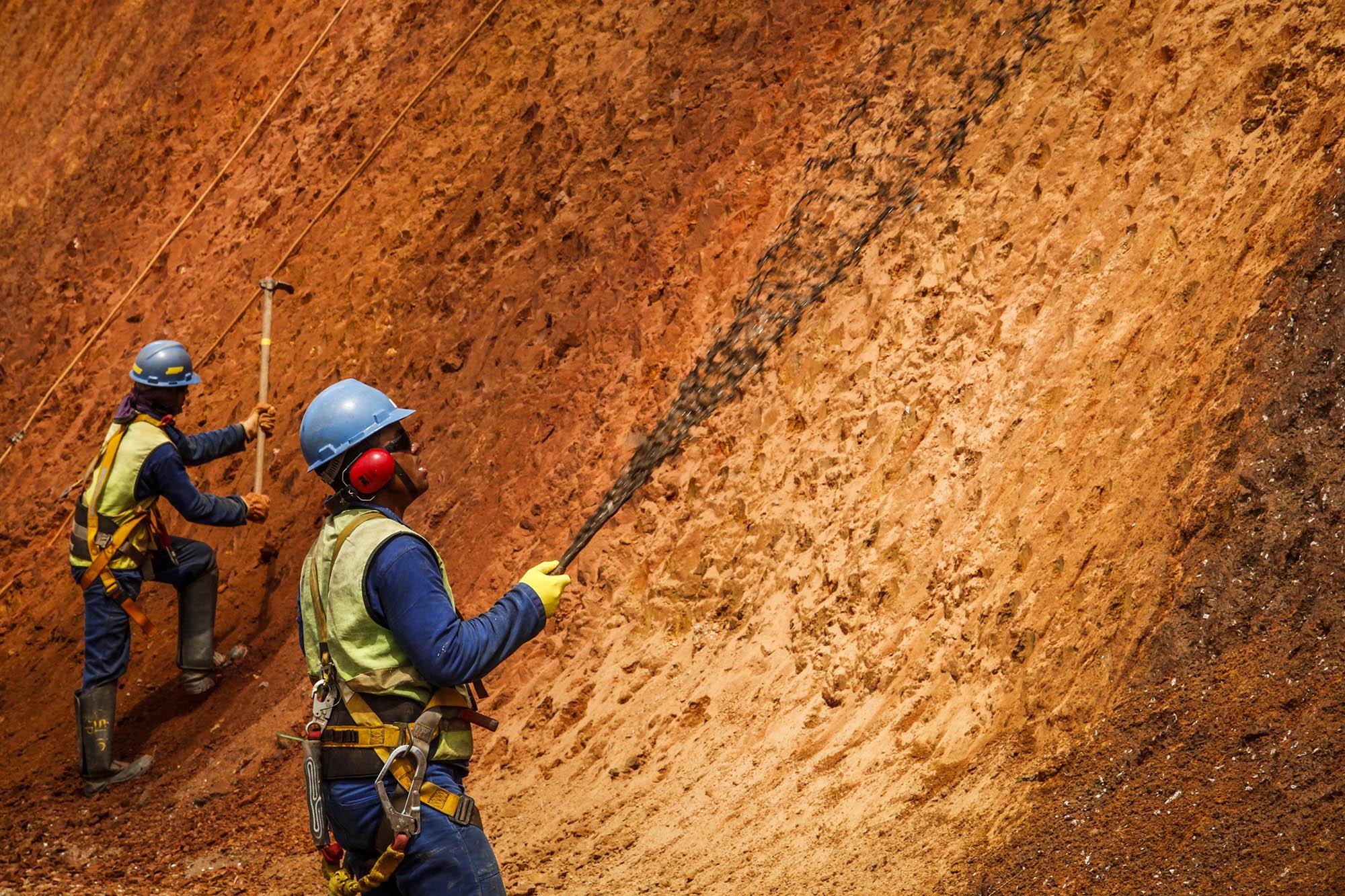 Funcionários da Vale fazem a semeadura com exemplares nativos na beira da rodovia em Canaã dos Carajás, no Pará (Foto: Paulo Moreira/MMAS/ Agência Vale/2013)
