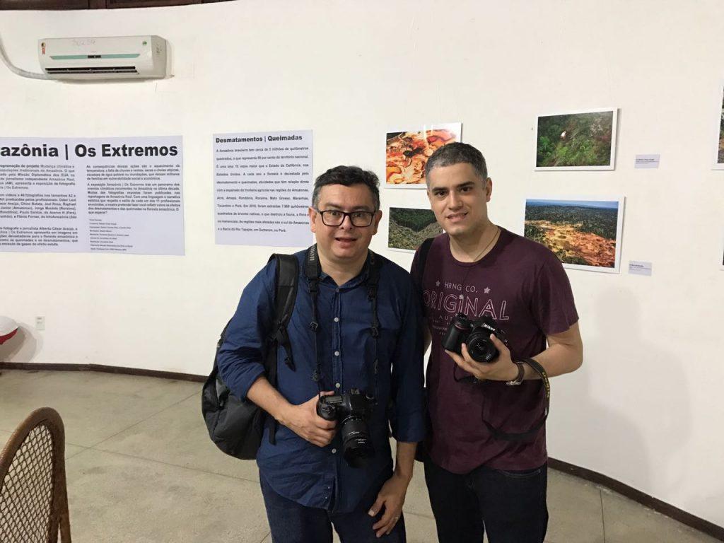 Alberto César e Raphael Alves na exposição de fotografia Amazônia   Os Extremos, realizada pela Agência de Jornalismo Independente Amazônia Real, começou no domingo (9) e vai até 7 de maio no Paiol da Cultura do Bosque da Ciência do INPA, na zona sul de Manaus (Foto: Amazônia Real)