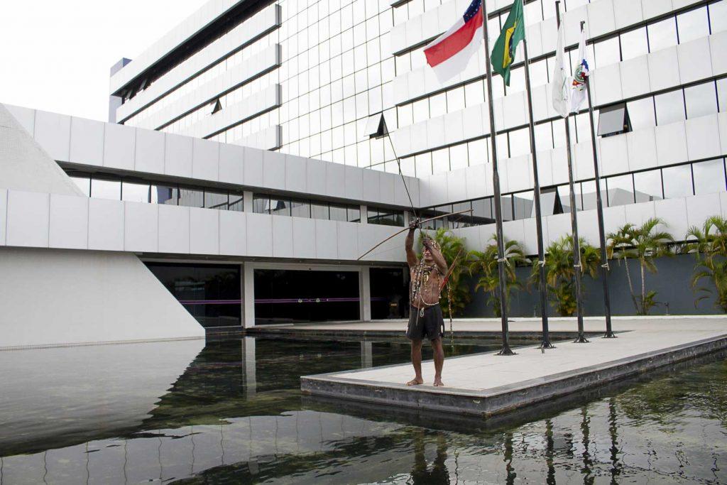 Índio em protesto na Assembleia Legislativa do Amazonas em 19 de abril (Foto: Alberto César Araújo/Amazônia Real)