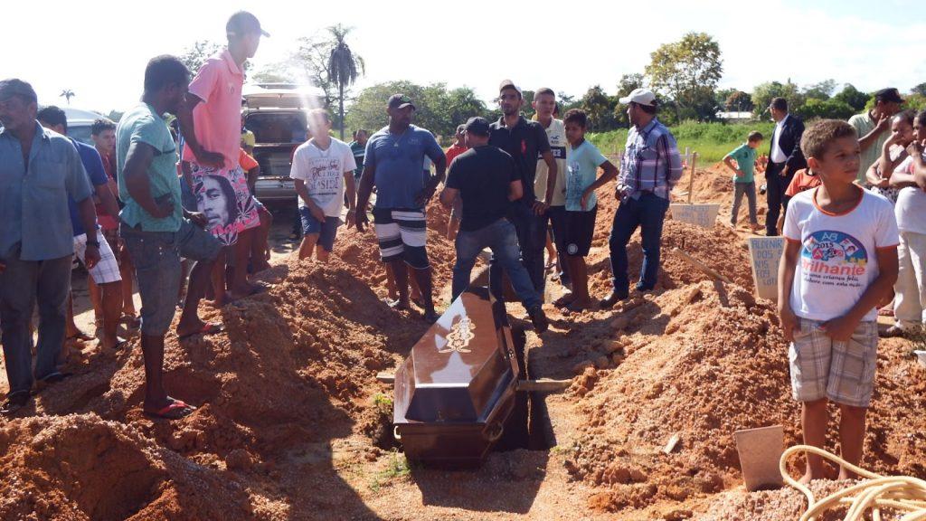 Sepultamento do sete familiares em Redenção (Foto: Blog Dinho Santos)