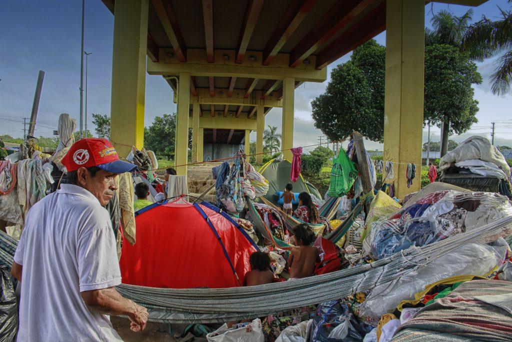 Manaus, AM - 14/05/2017 - Crise Refugiados - grupo de indígenas da etnia warao vindos da Venezuela estão acampados em baixo do viaduto governador Plínio Coelho no complexo viário de Flores (zona norte) e no entorno do terminal rodoviário de Manaus. (Foto:Alberto César Araújo/Amazônia Real)