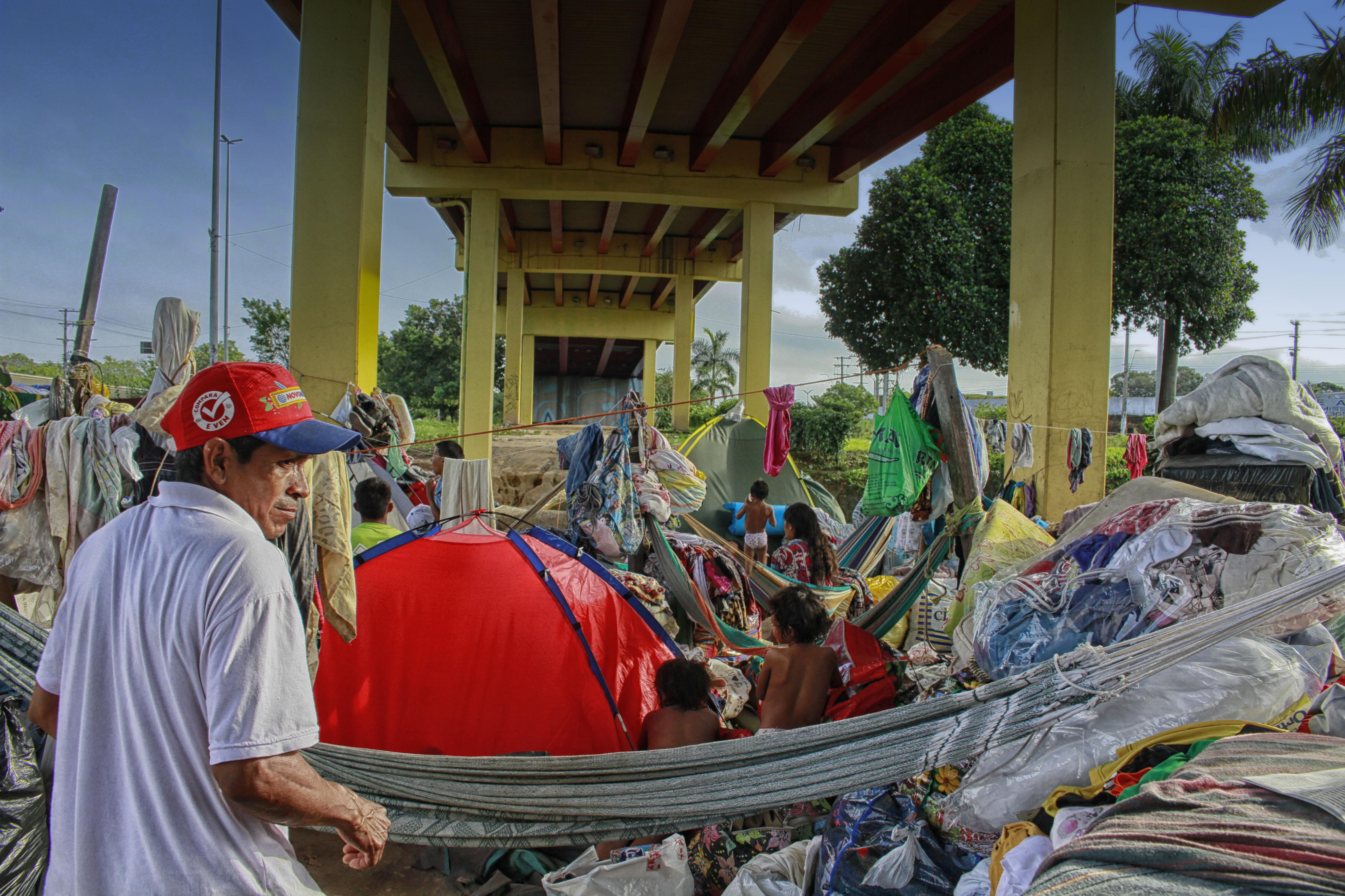 Crise na Venezuela: Dos 500 índios Warao refugiados metade vive embaixo de viadutos em Manaus