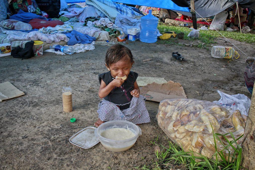 Criança vive em baixo do viaduto governador Plínio Coelho em Manaus (Foto: Alberto César Araújo/Amazônia Real)