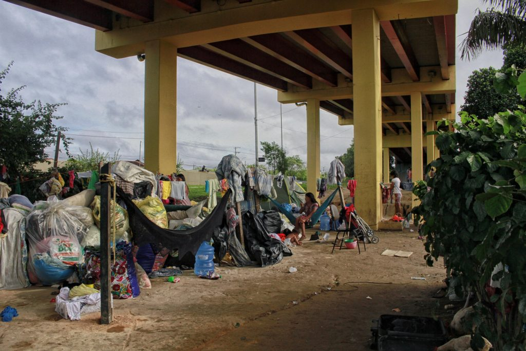 Viaduto governador Plínio Coelho serve de moradia para refugiados (Foto:Alberto César Araújo/Amazônia Real)