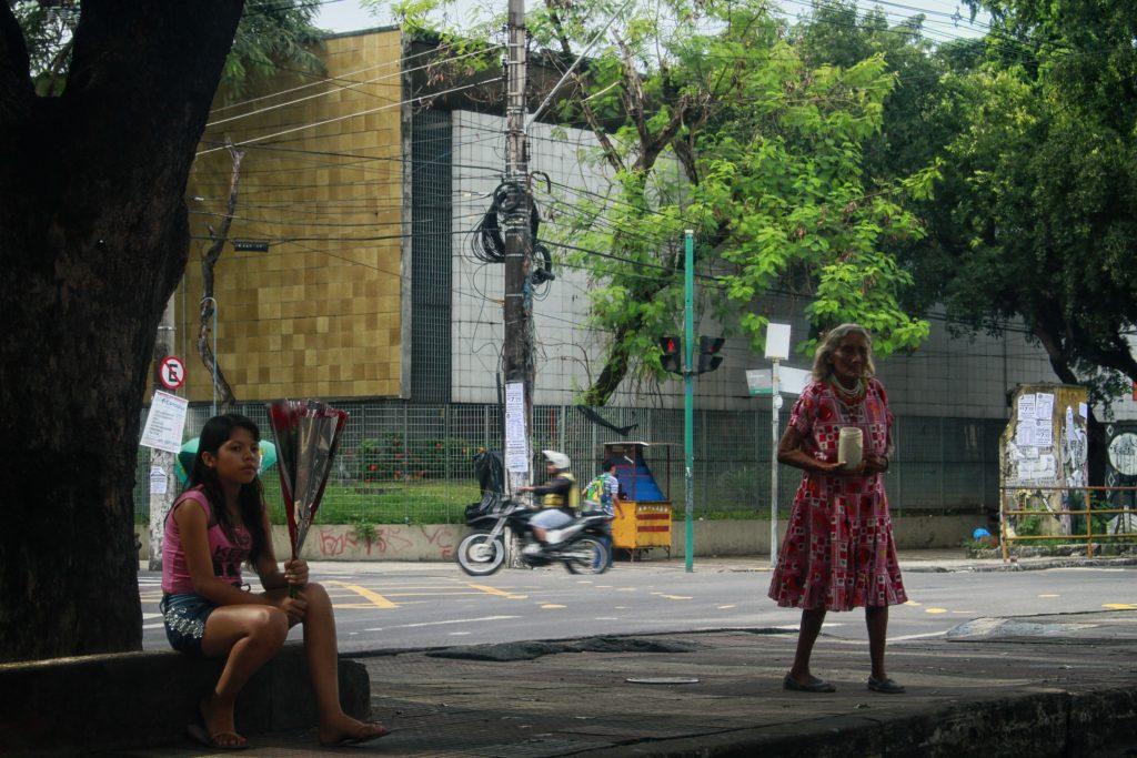 Grupo de Warao pede dinheiro na rua em Manaus. (Foto: Alberto César Araújo/Amazônia Real)