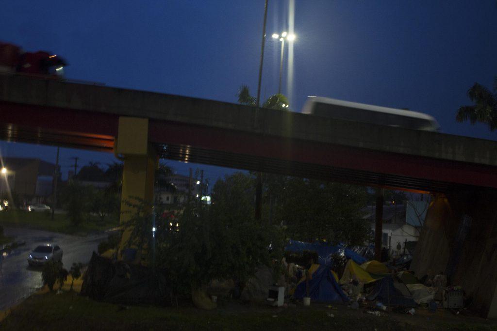 Crise Refugiados - grupo de indígenas da etnia Warao acampados em baixo do viaduto em Manaus (Foto:Alberto César Araújo/Amazônia Real)