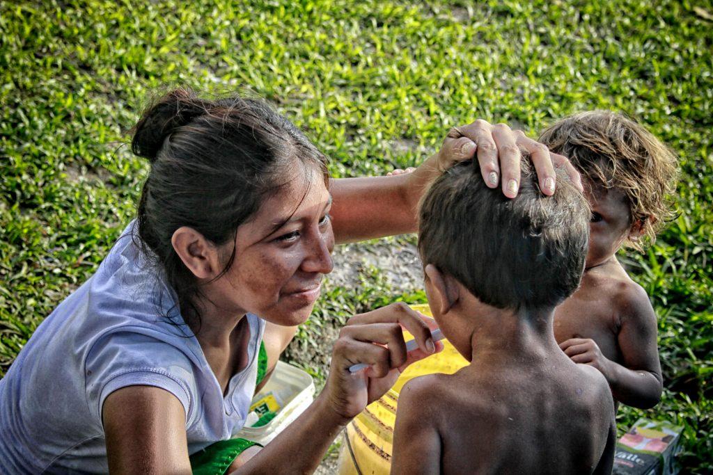Grupo de indígenas da etnia Warao que ficou acampado em baixo do viaduto de Flores, no entorno da rodoviário de Manaus (Foto: Alberto César Araújo/Amazônia Real)