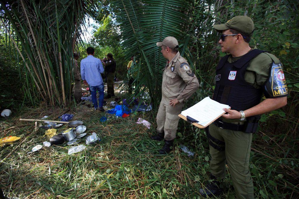 Peritos vistoriam  acampamento de sem-terra (Foto: Mácio Ferreira/Agência Pará)