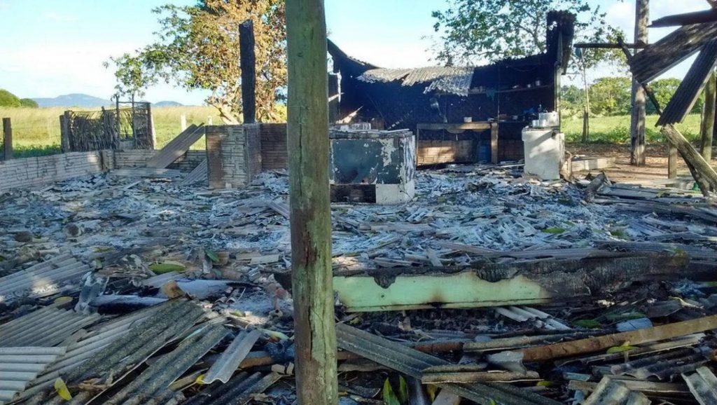 Benfeitorias da fazenda Santa Lúcia destruída por incêndio (Foto: Polícia Civil do Pará)