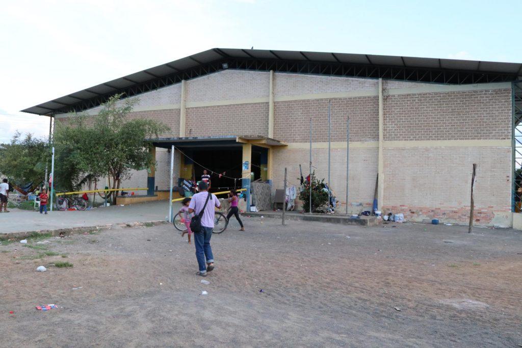 Abrigo no ginásio no bairro Doutor Sílvio Botelho, em Boa Vista (Foto: Vandré Fonseca/Amazônia Real)