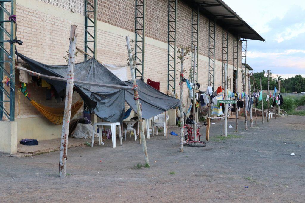 Índios Warao preferem morar em barracas no lado de fora do abrigo em Boa Vista (Foto: Vandré Fonseca/Amazônia Real)