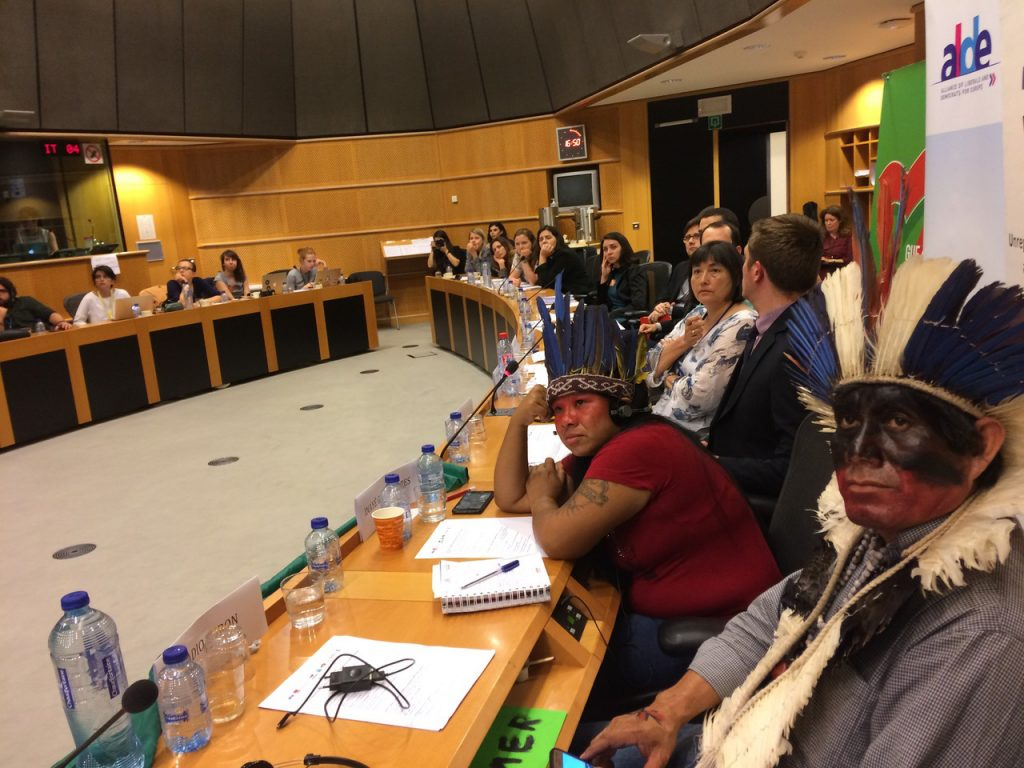 Tove (de camisa branca), Inayê e Ládio no Parlamento Europeu (Foto: Barbara Arisi)