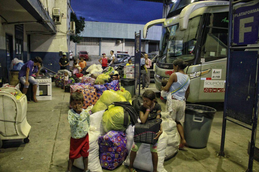 Warao na rodoviária de Manaus, de onde chegam ou partem de para Boa Vista (Foto: Alberto César Araújo/Amazônia Real)