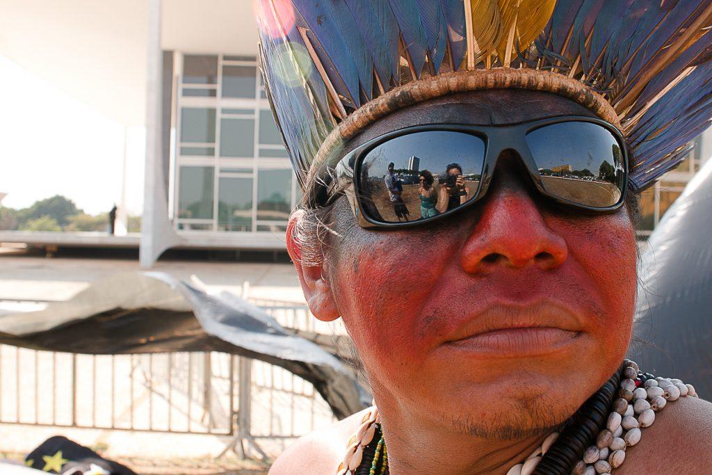 Liderança Guarani Kaiowá em protesto em frente ao Supremo Tribunal Federal em 2016 (Foto: Ana Mendes/Amazônia Real)
