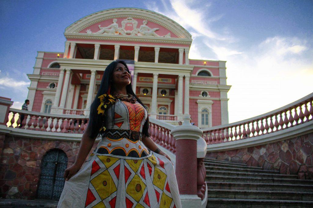 Manaus, AM 06/07/2017 - A cantora Djuena Tikuna lançou campanha de financiamento coletivo pela internet para produzir um show no Teatro Amazonas. (Foto Alberto César Araújo/Amazônia Real)