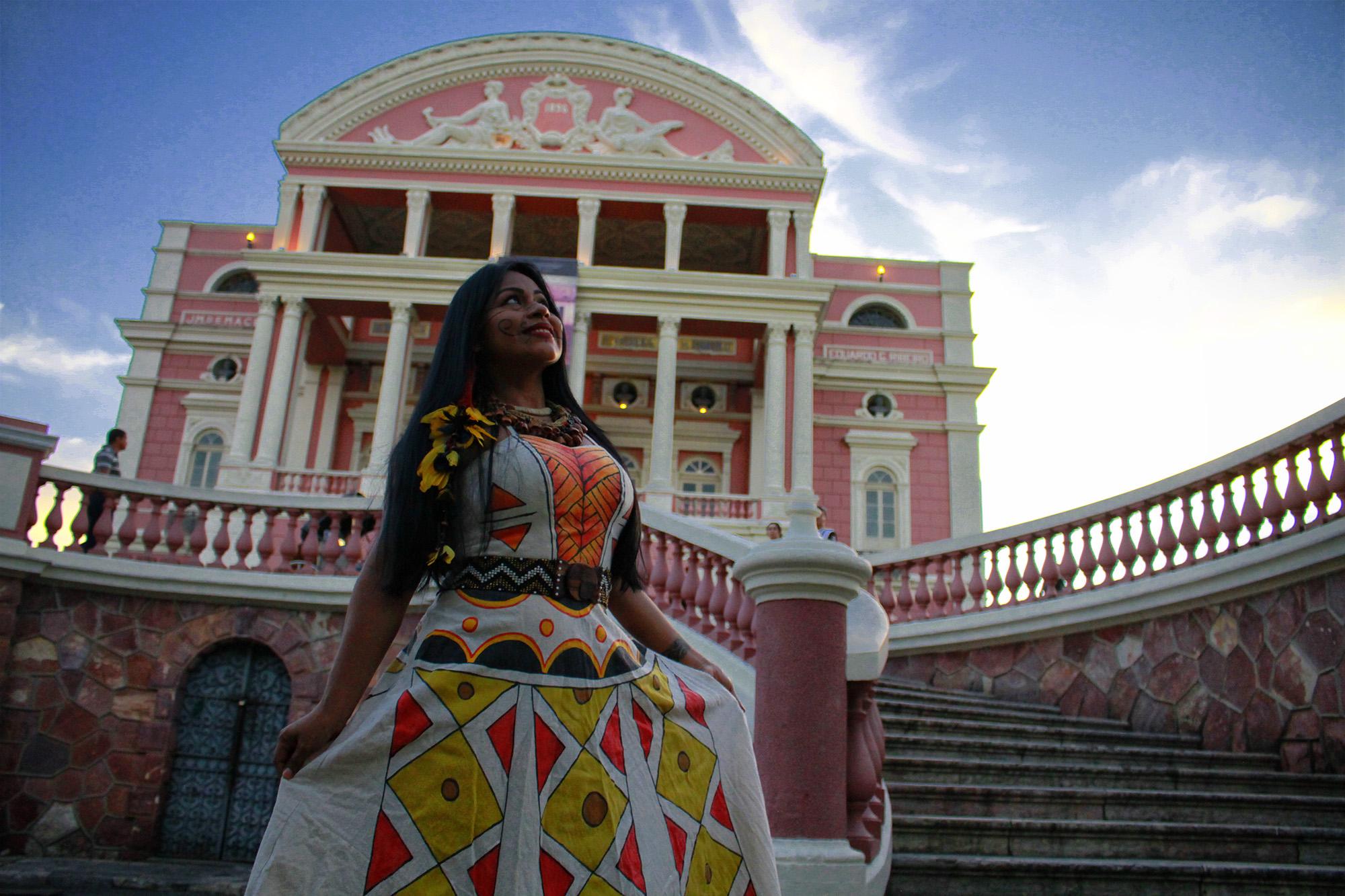 Cantora Djuena Tikuna lançará o primeiro CD e quer índios na plateia do Teatro Amazonas