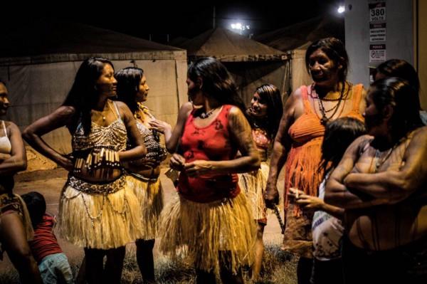 Mulheres Munduruku no canteiro de obras da usina São Manoel (Foto: Caio Mota/FTP)
