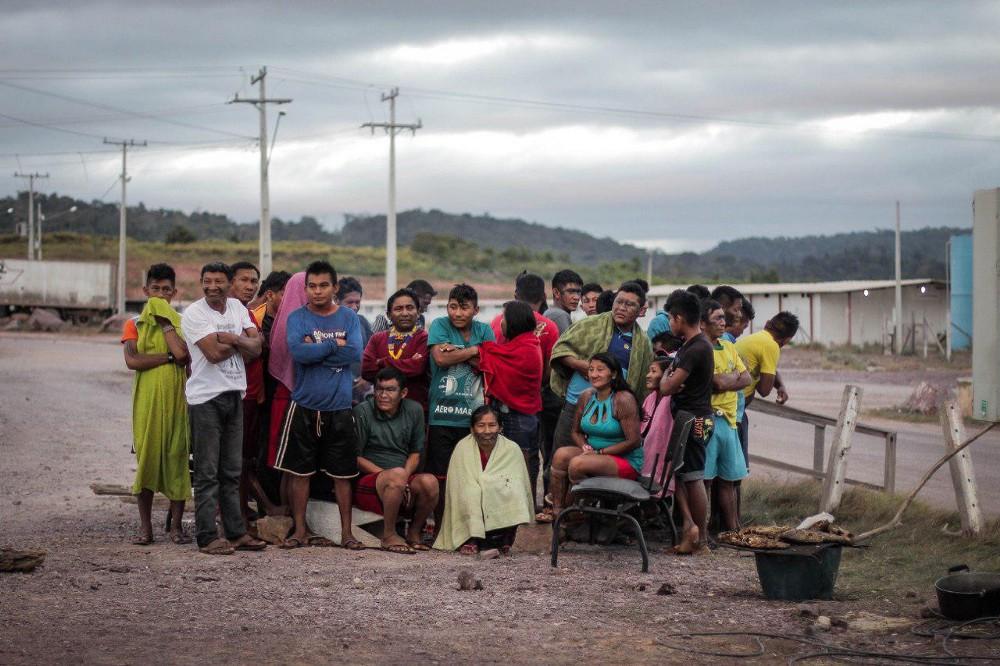 Índios Munduruku passam frio no canteiro da usina São Manoel (Foto: Caio Mota/FTP)