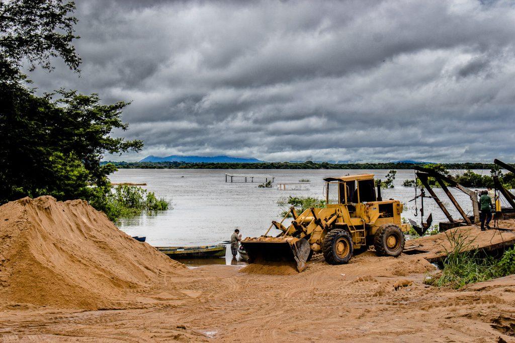 Na margem do rio Branco funciona uma olaria no bairro Treze de Setembro, em Boa Vista (Foto: Yolanda Simone/Amazônia Real)