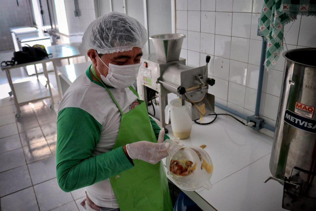 Agente ambiental Luís Sérgio, na casa de polpas.(Vandré Fonseca/Amazônia Real)