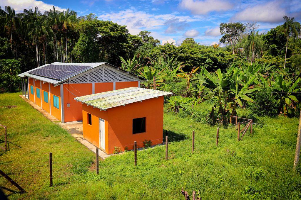 Na casa de polpas da Comunidade Boa Esperança, na RDS Amanã, o telhado é coberto por painéis solares (Foto: Vandré Fonseca/Amazônia Real).